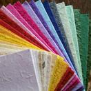 Folhas de papel reciclado artesanal